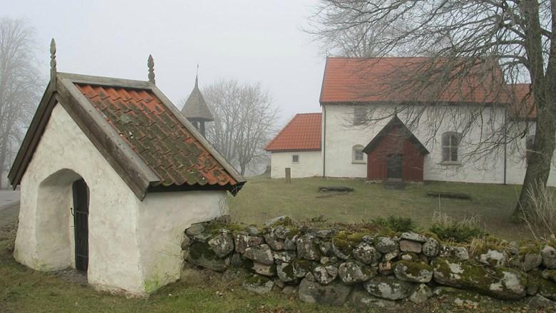 Eriksbergs kyrka med stigluckan i förgrunden