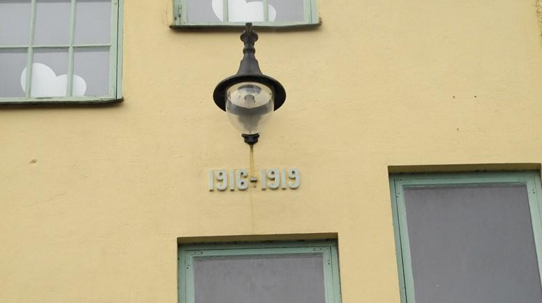 Armatur i järn på putsad fasad