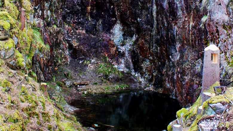 Vatten i gruvan omgivet av berg.