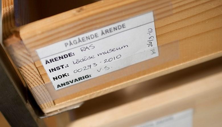 """Låda med etikett med texten """"Pågående ärende"""". Foto: Ian Schemper"""