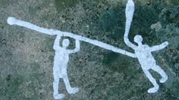 Spjutvåld inristat i Brastad, Bohuslän. Det är den äldsta kända skildringen av mord, antagligen från 1500-1100 f.Kr.