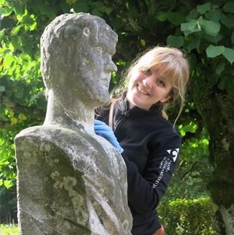Charlotte intill en skulptur