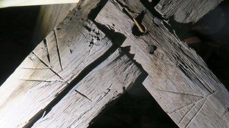 Takstolarna i Veinge kyrka har ett ovanligt märkningssystem med inristade streck och symboler.