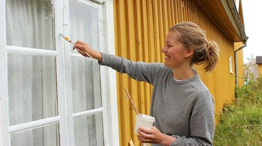Målning av fönsterbågar med linoljefärg.