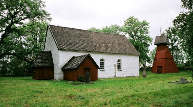 Medeltida kyrka och klockstapel