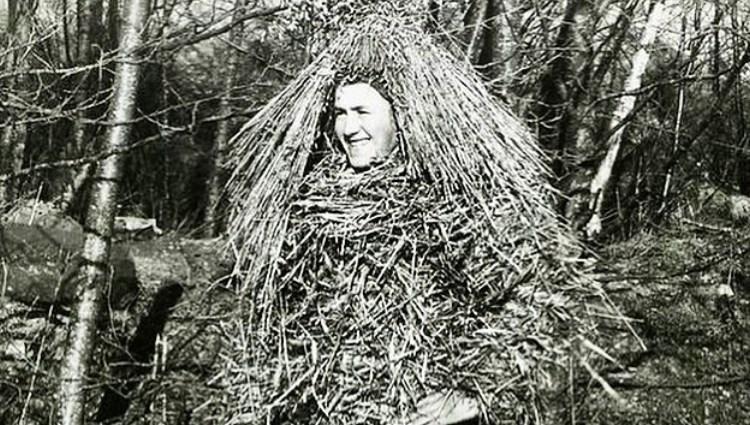 Kvinna utklädd i halm.