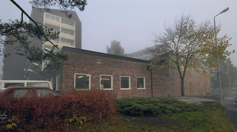 Tegelbyggnad i dimma
