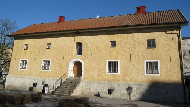 Putsad magasingsbyggnad från 1700-talet