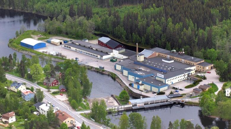 Pappersbruket i Dals-Långed är beläget på en ö med Upperudsälven närmast i bild och Dalslands kanal på andra sidan. Foto från nordost genom Rexcell AB.