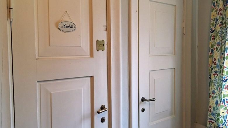 Dörr in till en toalett
