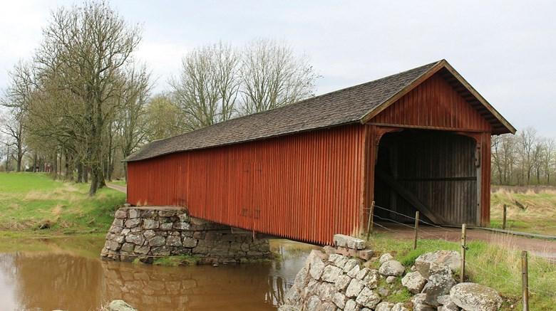 Vaholms övertäckta bro i Tidan.