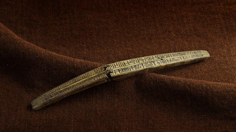 Den unika kalenderstickan från Lödöse. Foto David Jeffery.