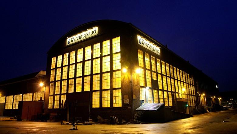 Svetshallen i Uddevalla med ljus inifrån.