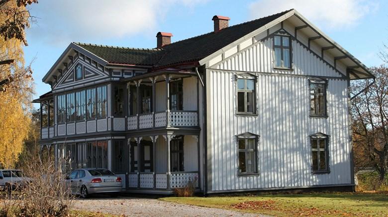 Vitt trähus från 1890-talet