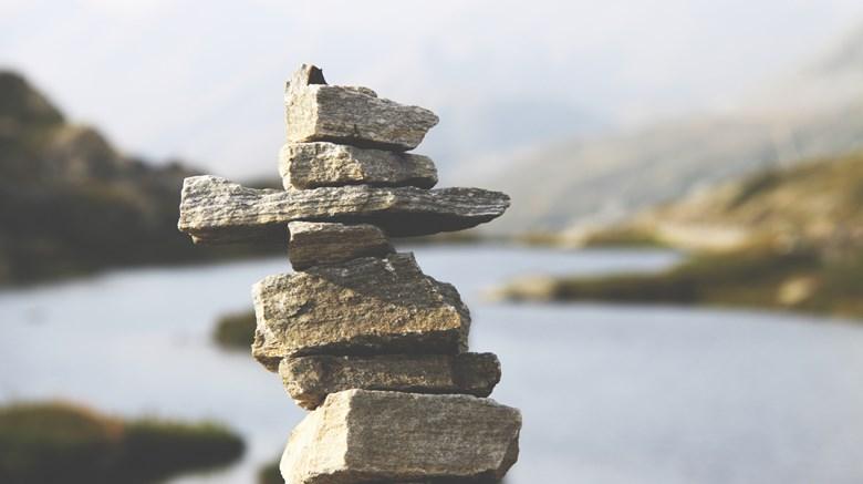 Stenar vid en sjö.