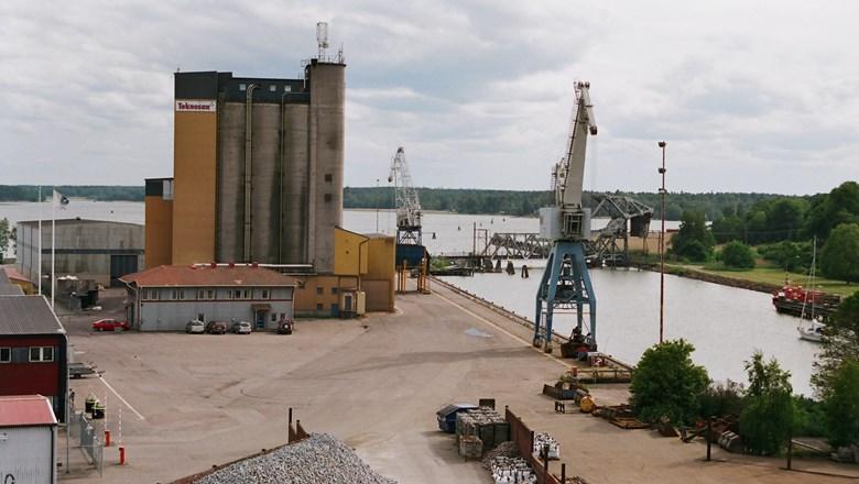Hamnområde med hamnkranar