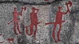 Hällristning från Fossum i Tanums världsarv som föreställer tre krigare (utan svans).