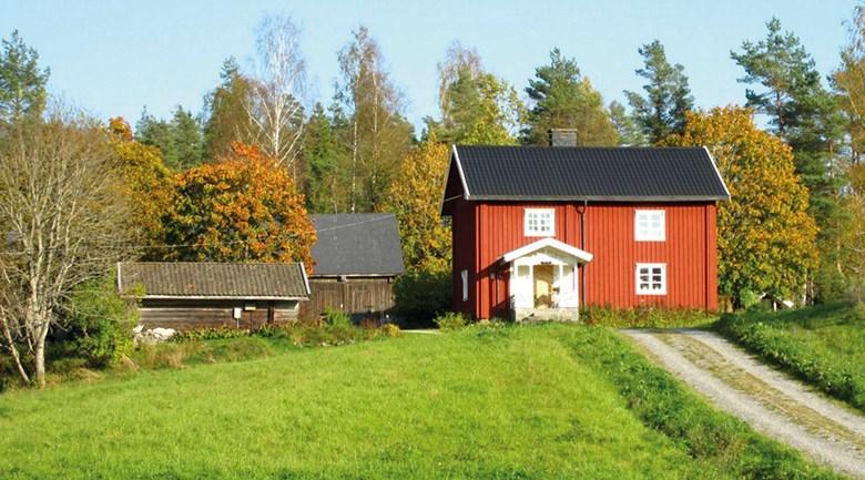 Rött hus vid grusväg