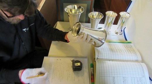 Metallkonservator gör inventarieförteckning över kyrksilver.