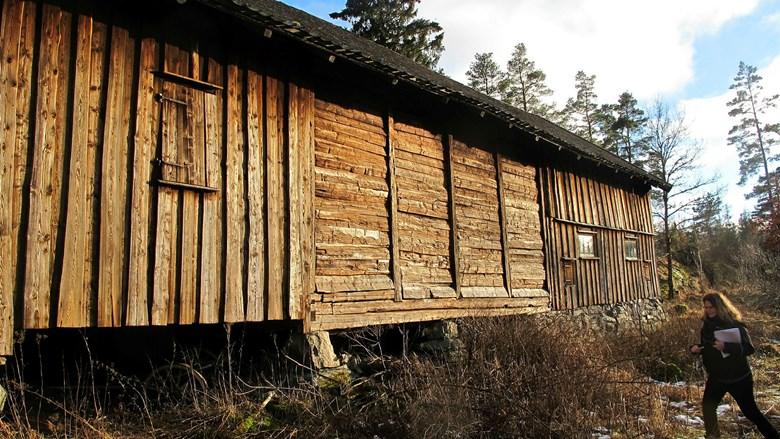 Ladugård byggd med timmer och skiftesverk.